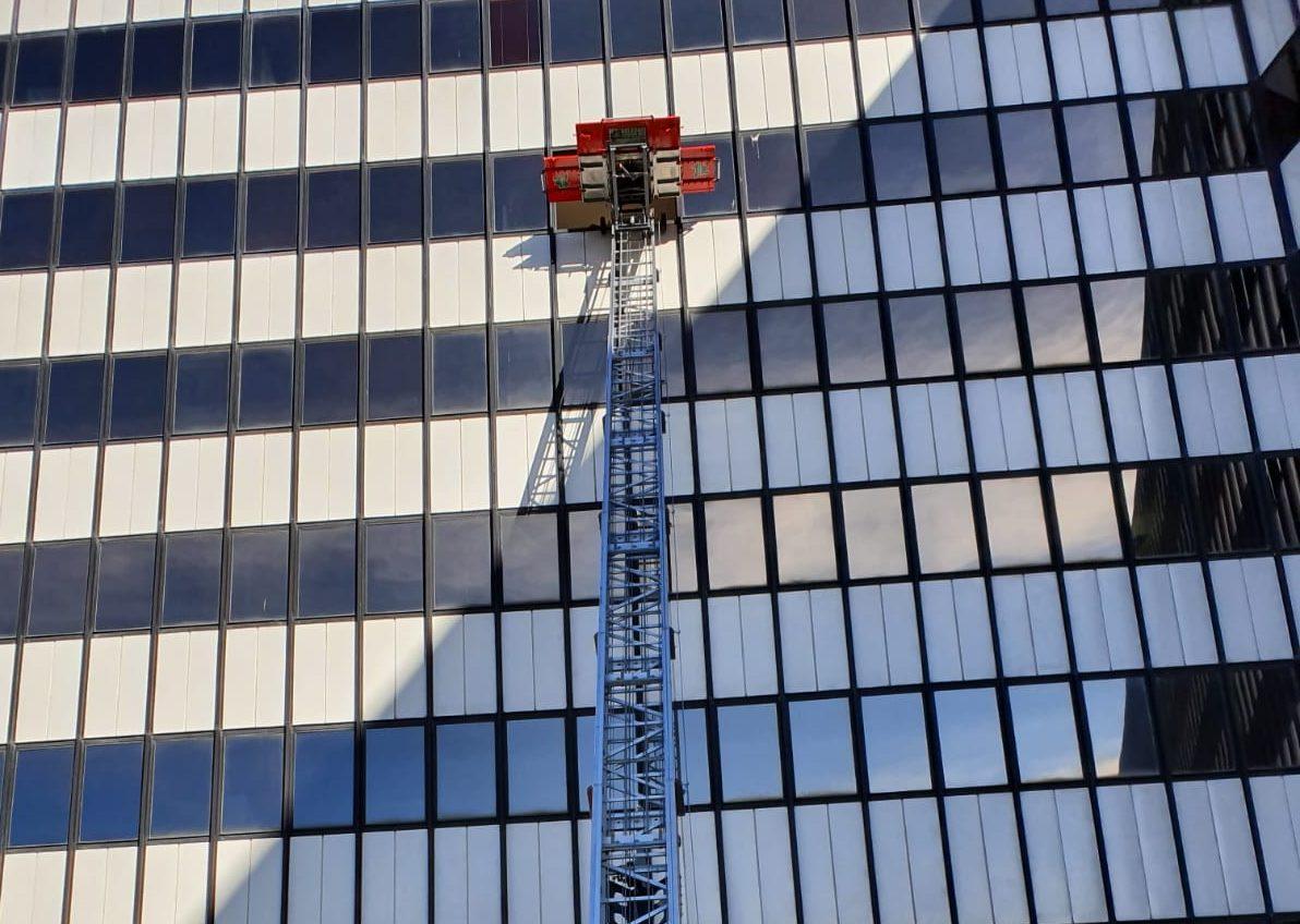 pulizia di vetri e facciate continue in alluminio